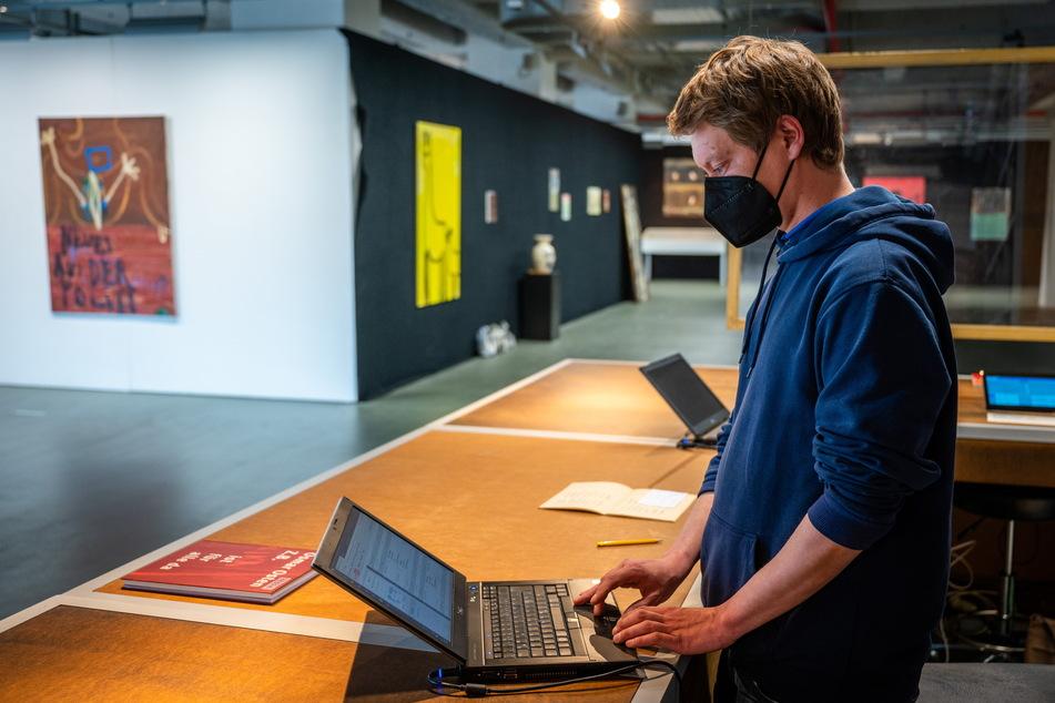 Mitarbeiter René Eschenbach überprüft die Besucher-Anmeldungen in der Neuen Sächsischen Galerie.