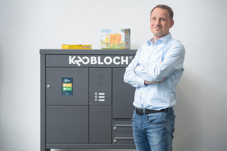 Knobloch-Chef Thomas Kolbe (48) vor einer freistehenden Briefkastenanlage mit Touchscreen.