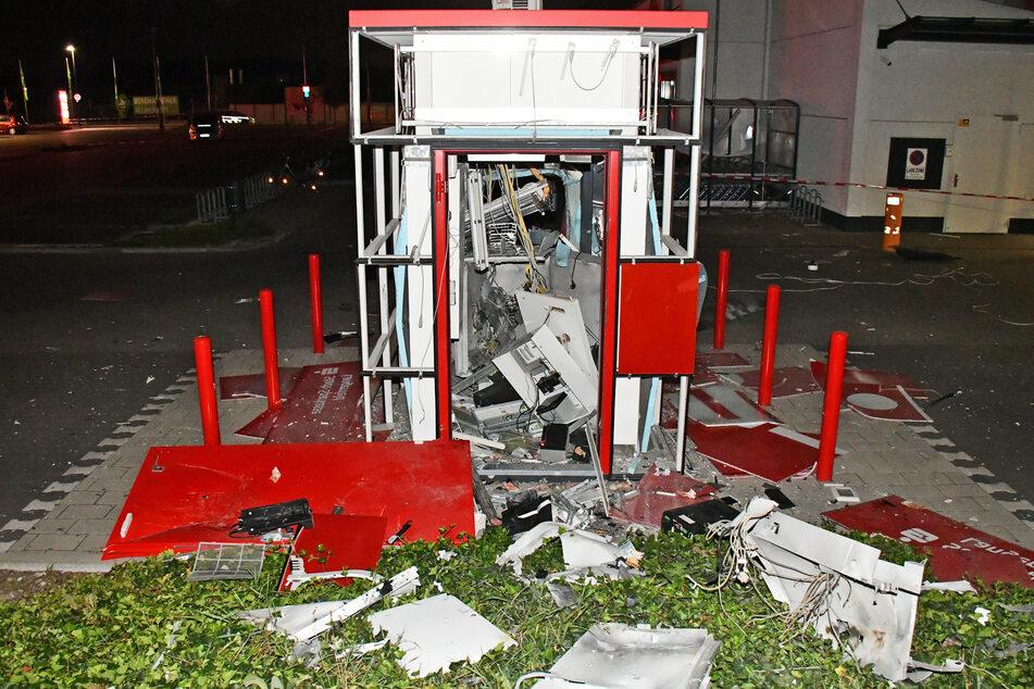 In Langenfeld wurde ein Geldautomat auf einem Parkplatz gesprengt.