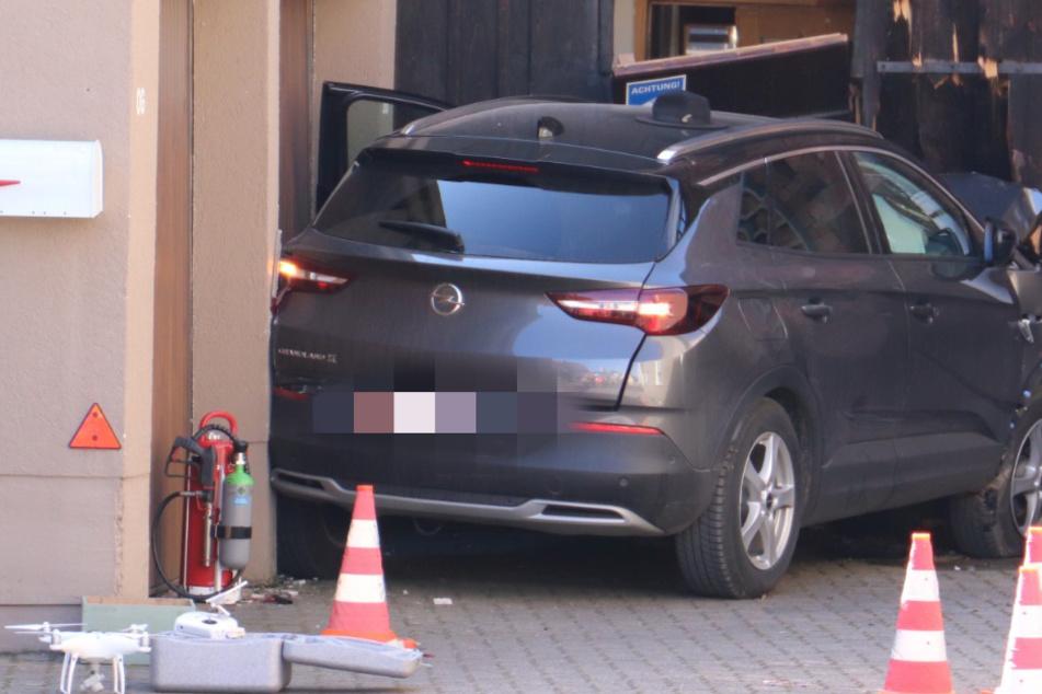 Opel erfasst Fußgänger und kracht in Scheune: Zwei Menschen tot
