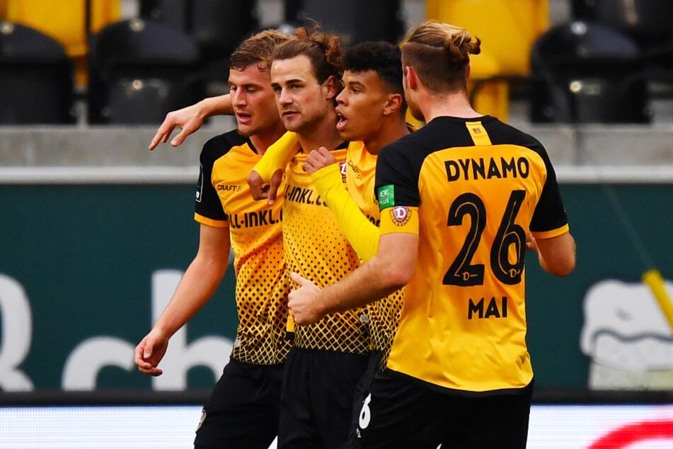 Yannick Stark (2.v.l.) und Ransford-Yeboah Königsdörffer (2.v.r.) schossen Dynamo Dresden zum wichtigen Heimsieg.
