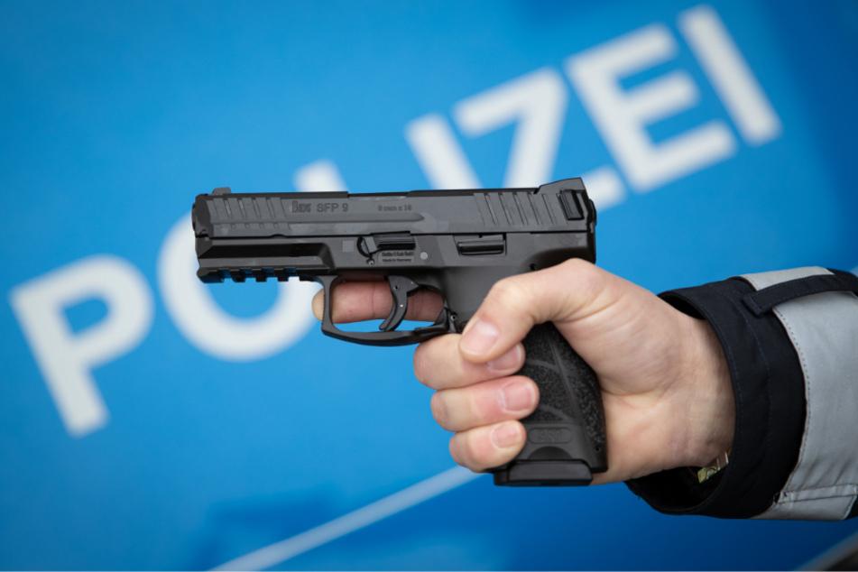 Frau zückt Pistole und durchbricht Straßensperre: Polizisten schießen