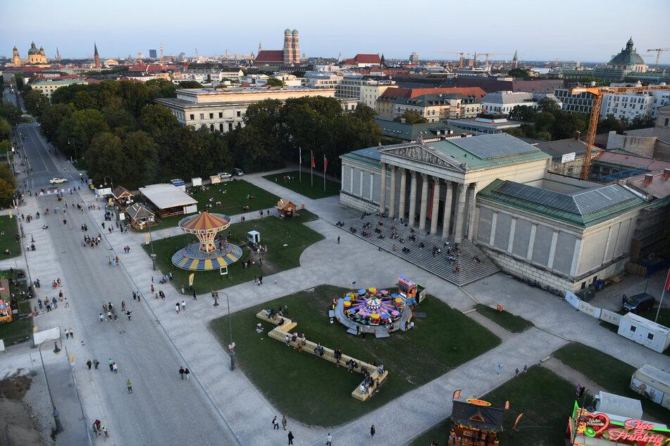 """München: Auf dem Königsplatz stehen unter dem Motto """"Sommer in der Stadt"""" ein Kettenkarussell, ein Fahrgeschäft für Kinder sowie diverse Essensbuden."""
