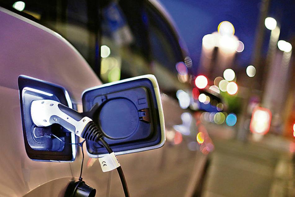 Stromstecker statt Sprit-Zapfpistole - das Symbol der automobilen Zukunft.