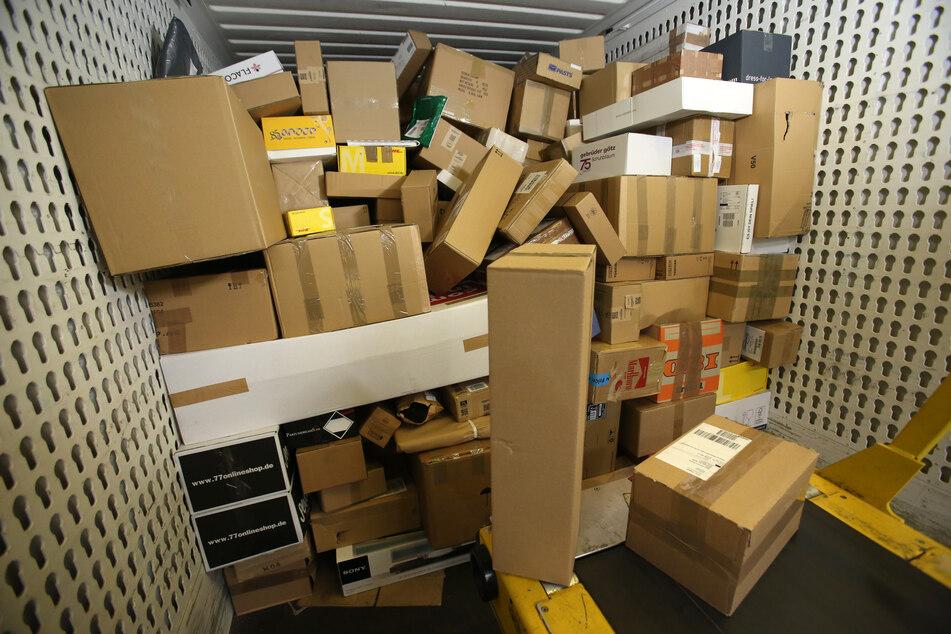 In einer Paket-Zustellbasis steht eine LKW-Ladung Pakete. Trotz der hohen Nachfrage im Online-Handel während der Corona-Krise erwartet die Paket-Branche keinen rasanten Zuwachs der Umsätze.