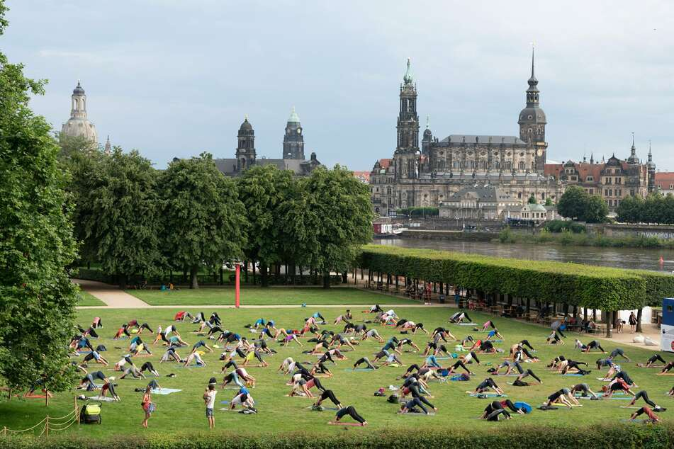 """In Dresden finden wieder viele Veranstaltungen statt, wie hier """"Yoga im Park"""" im Rahmen des Palais Sommer."""