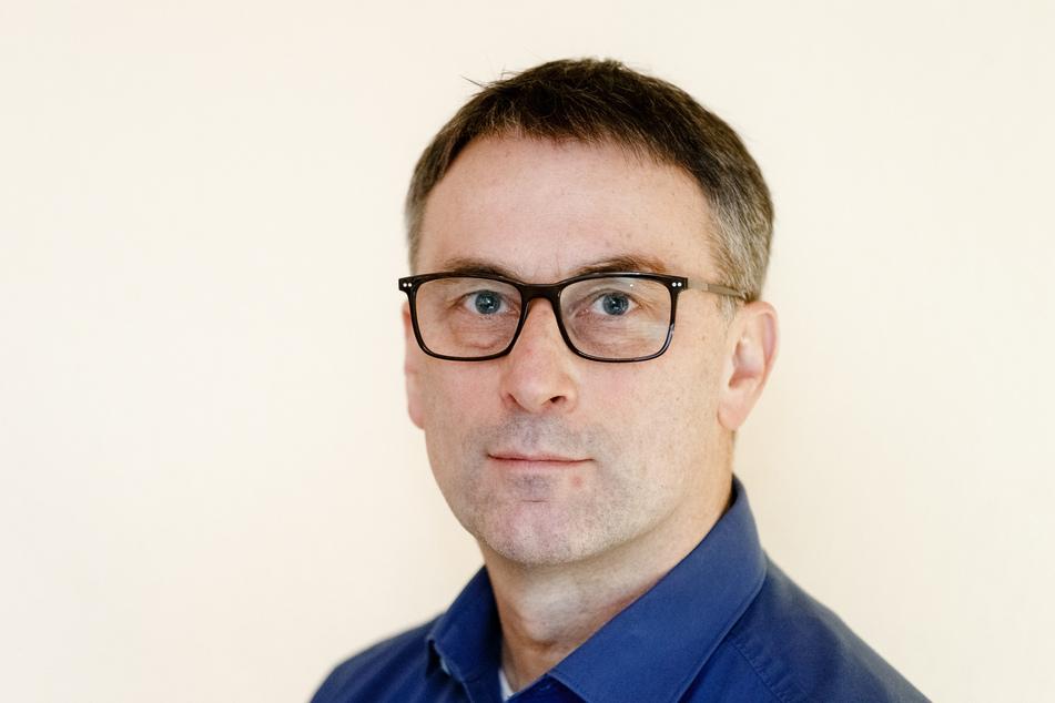 Der Hobby-Namensforscher Knud Bielefeld steht in seinem Büro.
