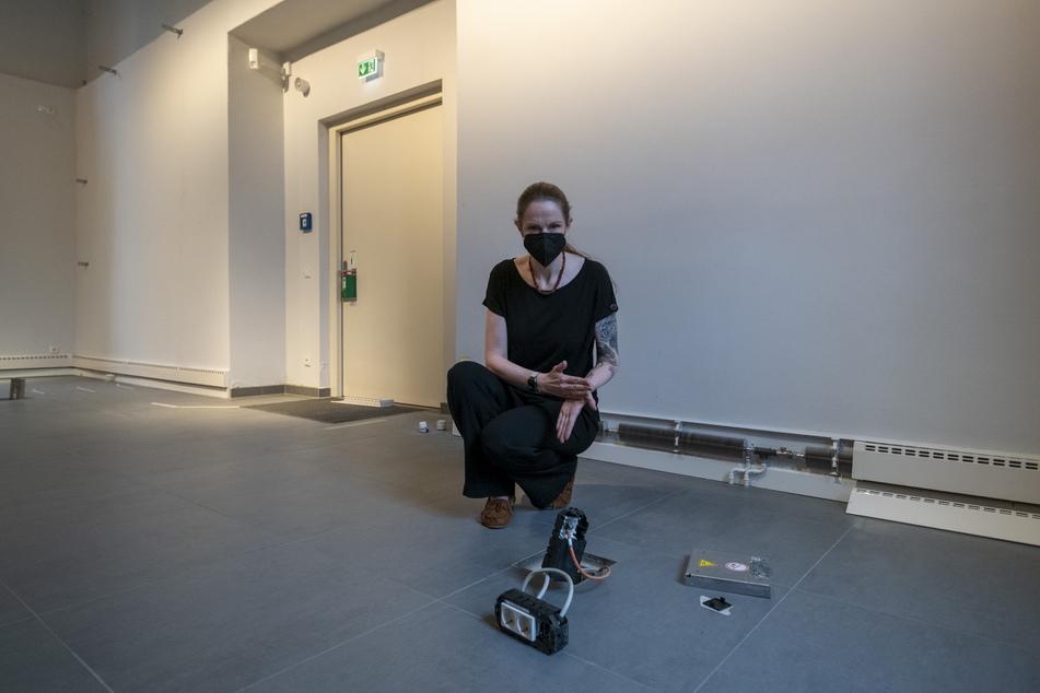 Kuratorin Sandy Nagy (42) zeigt, wie hoch das Wasser im Raum stand.