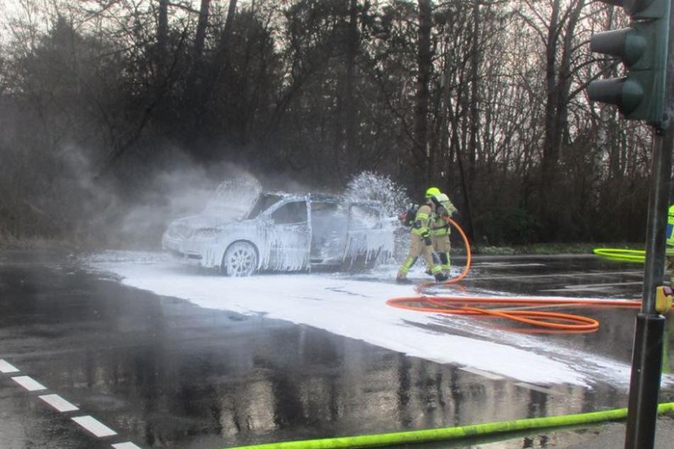 Die Feuerwehrleute mussten den Chrysler mit Spezialmitteln löschen. Der Fahrer (56) kam schwerverletzt in ein Krankenhaus.