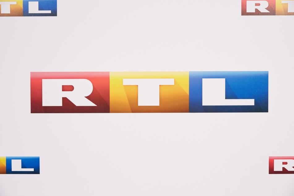 Eine Wand mit dem RTL-Logo, aufgenommen bei der RTL-Programm-Präsentation 2015/16.