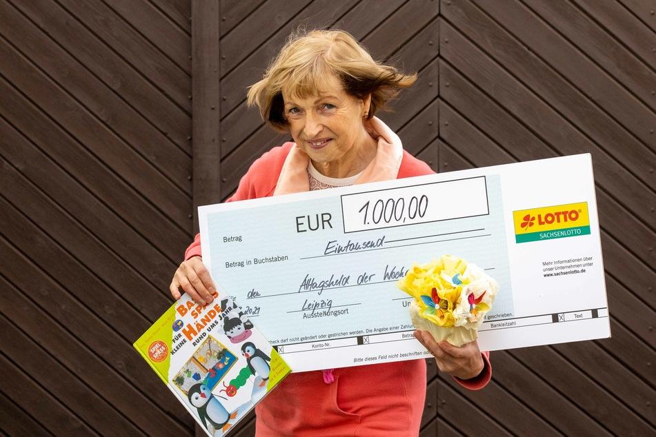 Uschi Wonneberger hat als Alltagsheldin einen Scheck über 1.000 Euro gewonnen.