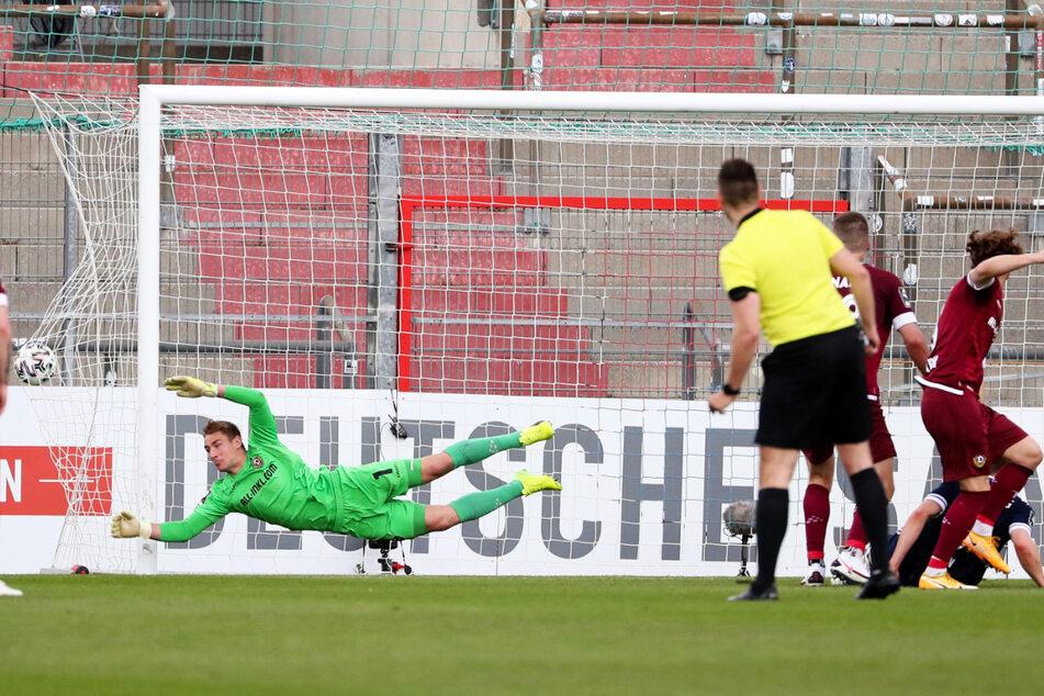 Das 0:1 kurz vor der Pause: Haching-Stürmer Stephan Hain (r., am Boden) köpft zur Führung für die Hausherren ein.
