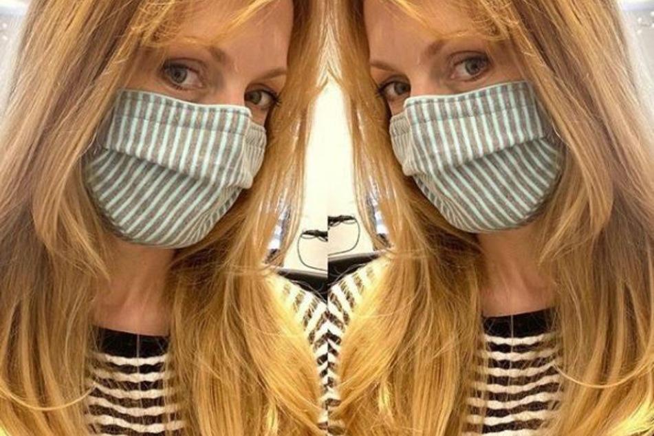 Natalie Alison (42) trägt einen Mundschutz.