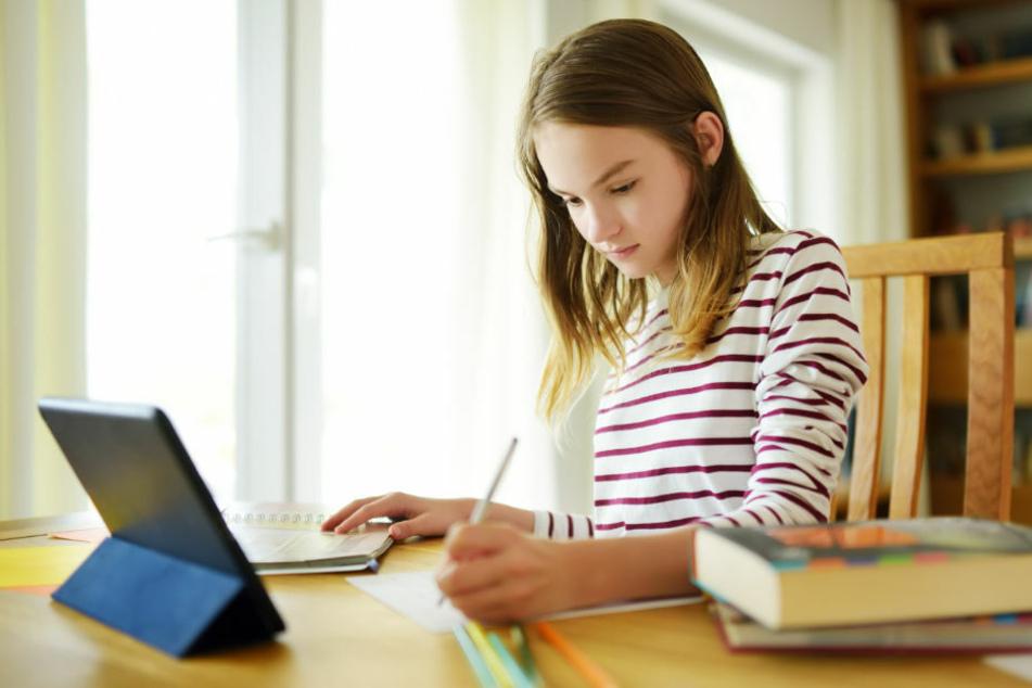 Eine Schülerin nimmt über ihr Tablet am Online-Unterricht teil. Nach erheblichen Startschwierigkeiten am Montag gab es auch am Dienstag Probleme mit der Plattform Lernraum Berlin. (Symbolfoto)