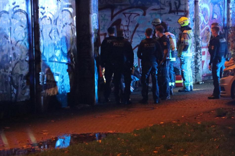 Polizei und Feuerwehr am Tatort.