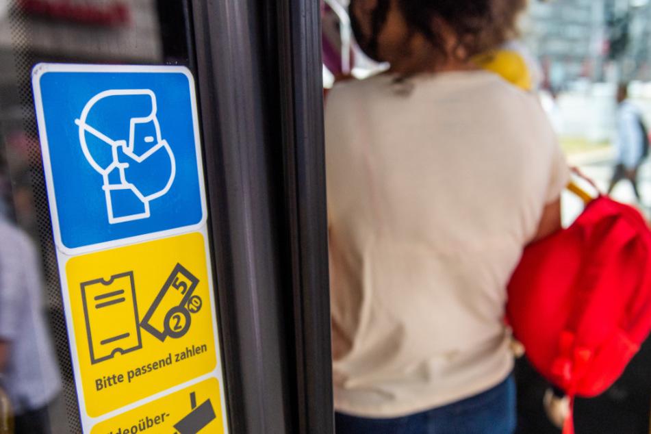 Deutliche Hinweise: An den CVAG-Bussen wird auch mit großflächigen Symbolen auf die Pandemie-bedingten Regeln hingewiesen.