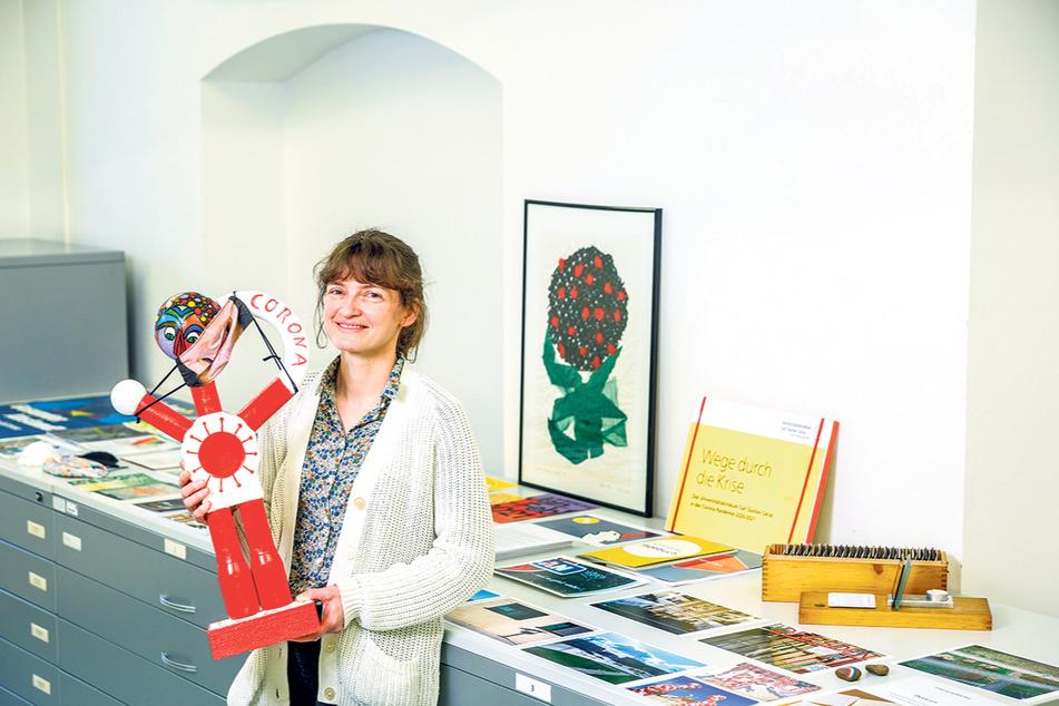Sammlungsleiterin Mandy Ettelt (39) zeigt, was für unterschiedliche Dinge gesammelt werden.