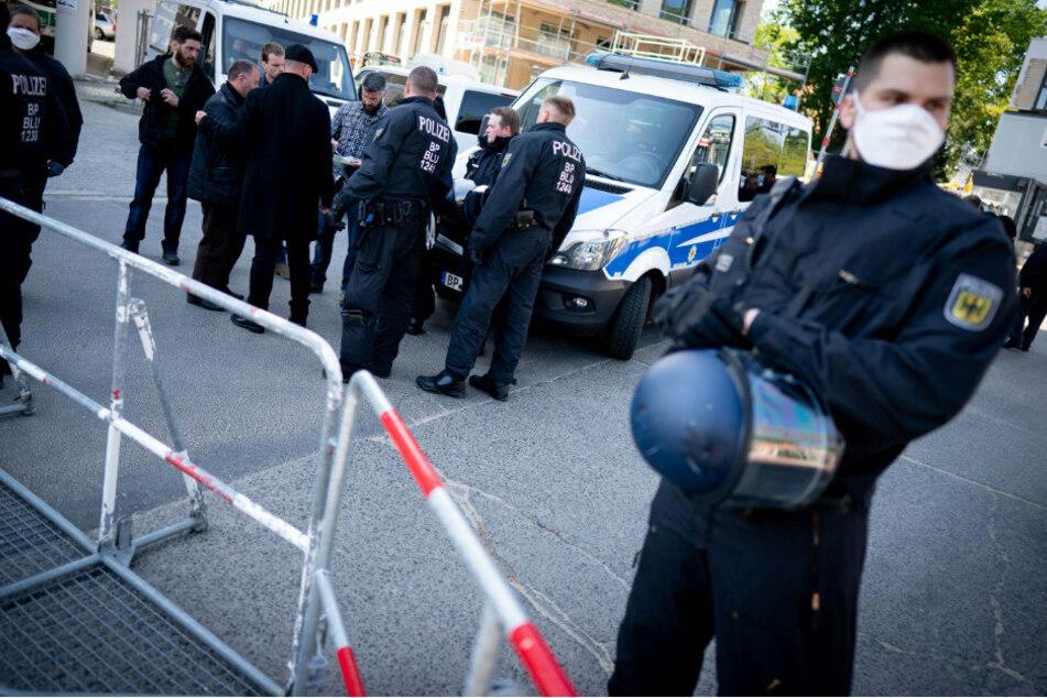 Polizeibeamte sperren den Zugang zu einem Friedhof im Berliner Stadtteil Schöneberg ab.