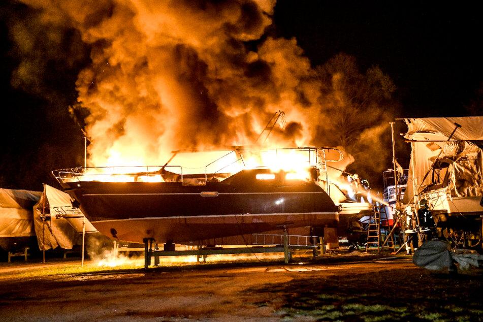Wie es zu dem Brand kommen konnte, ist noch völlig unklar.