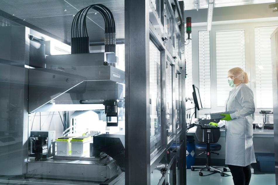 Eine Mitarbeiterin von Biontech steht im Labor des Unternehmens. (Archivbild)