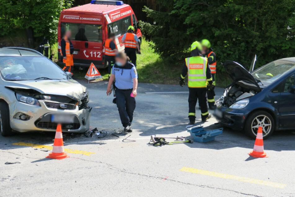 Ein Ford und ein Mercedes krachten auf der Kreuzung zusammen.