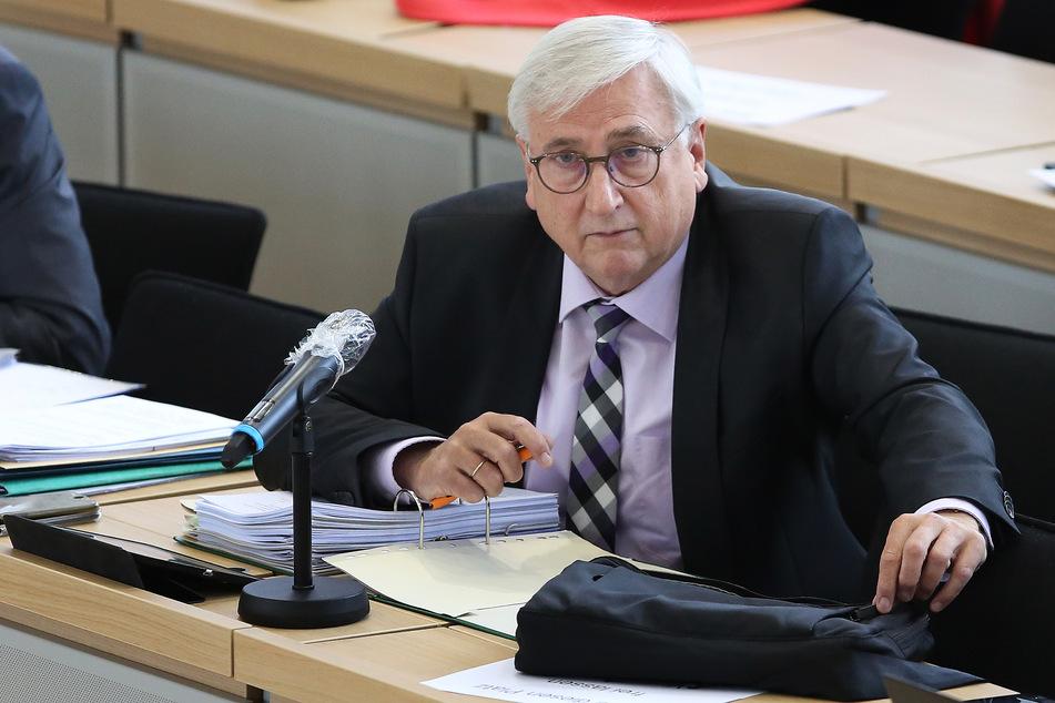 Sachsen-Anhalts Finanzminister Michael Richter (66, CDU), hier während einer Sitzung des Finanzausschusses im Plenarsaal des Landtags, hatte eine Aufklärung der Vorgänge versprochen. (Archivbild)