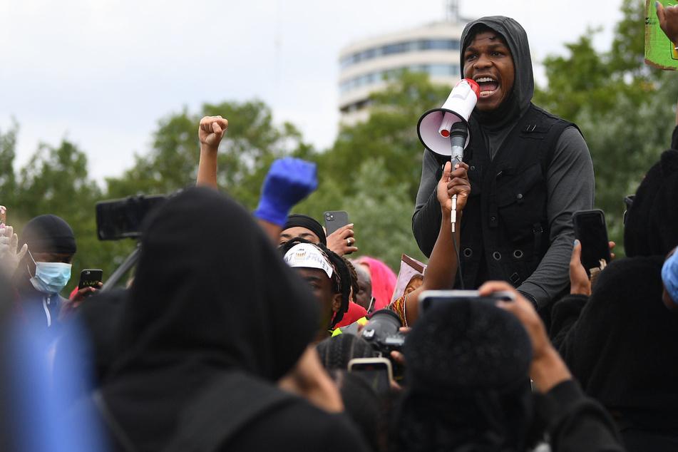 """John Boyega (28), Schauspieler, spricht bei einer """"Black Lives Matter""""-Protestkundgebung im Londoner Hyde Park zum Gedenken an George Floyd in ein Megafon."""