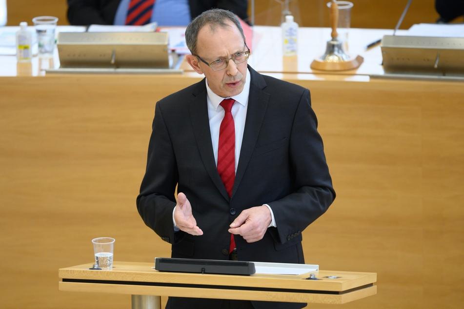Jörg Urban (57), Vorsitzender der AfD in Sachsen, spricht im Plenum bei der Landtagssitzung. Die Abgeordneten befassen sich unter anderem mit der aktuellen Lage in der Corona-Krise im Freistaat. Foto: Sebastian Kahnert/dpa-Zentralbild/dpa +++ dpa-Bildfunk +++