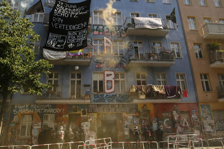 Aktivisten zünden Feuerwerk nach der Öffnung des Haus Rigaer 94 in der Rigaer Straße in Berlin-Friedrichshain durch die Polizei.