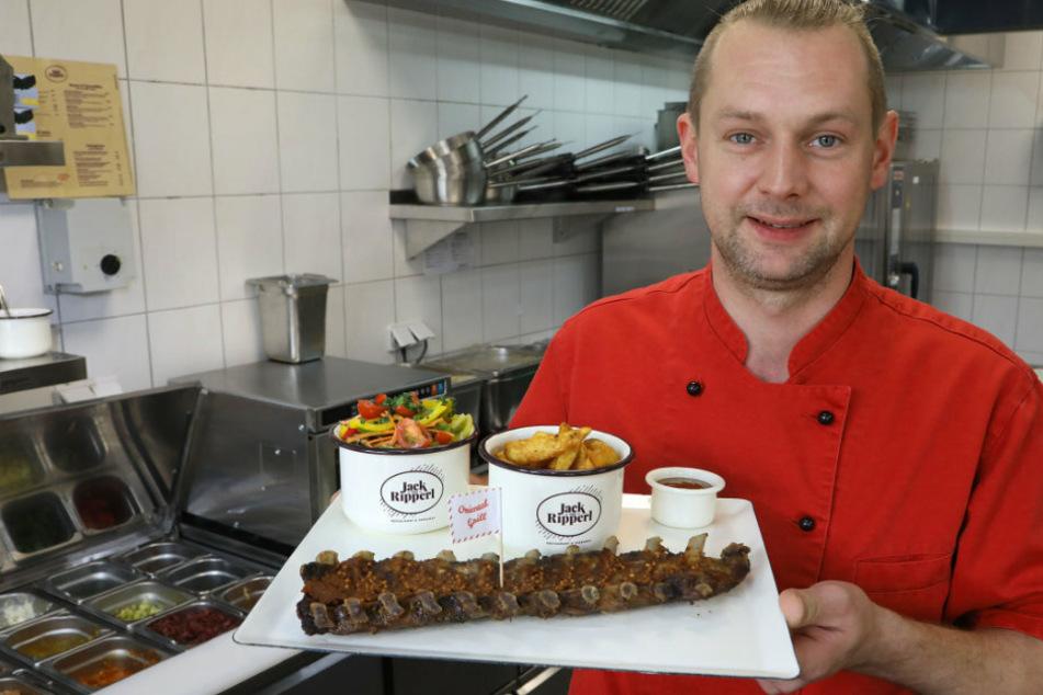 Koch Philipp Lampert zeigt einen Teller mit der Spezialität des Hauses - Rippchen!
