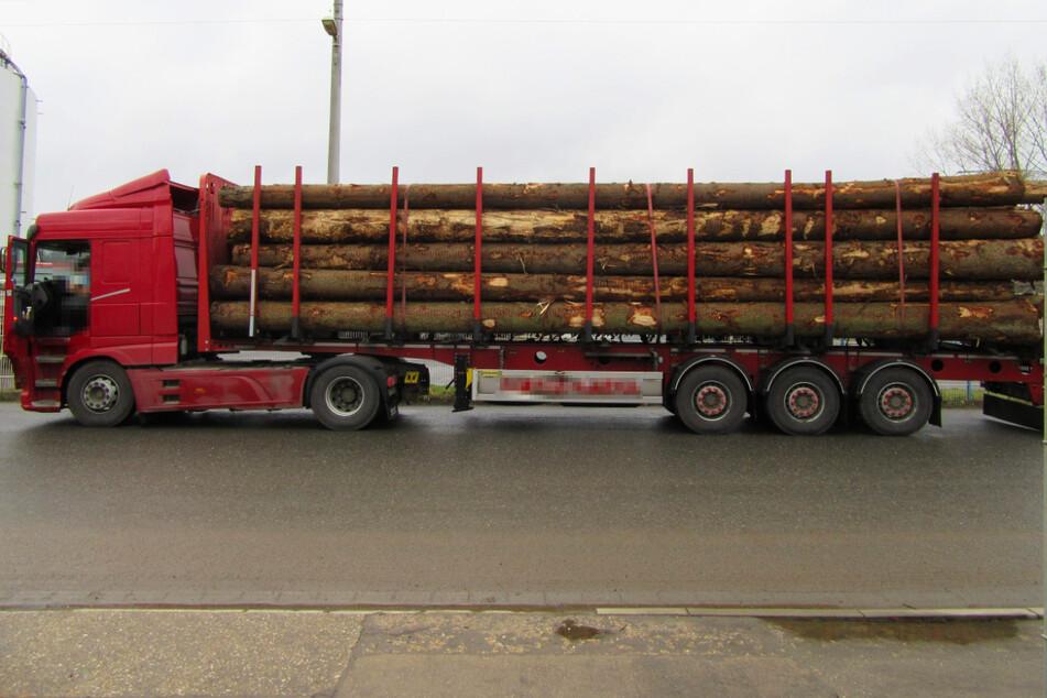 Chemnitz: Fast elf Tonnen zu schwer! Polizei stoppt Holztransporter auf der A4