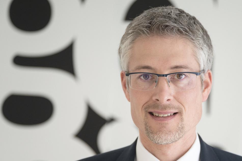 Steffen Jäger, Präsident des baden-württembergischen Gemeindetags, steht im Foyer der Geschäftsstelle des Gemeindetags.