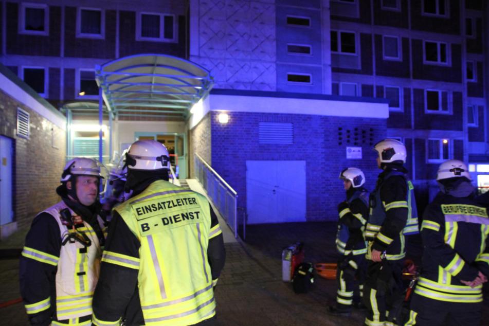 Die Feuerwehrkräfte besprechen den Einsatz.