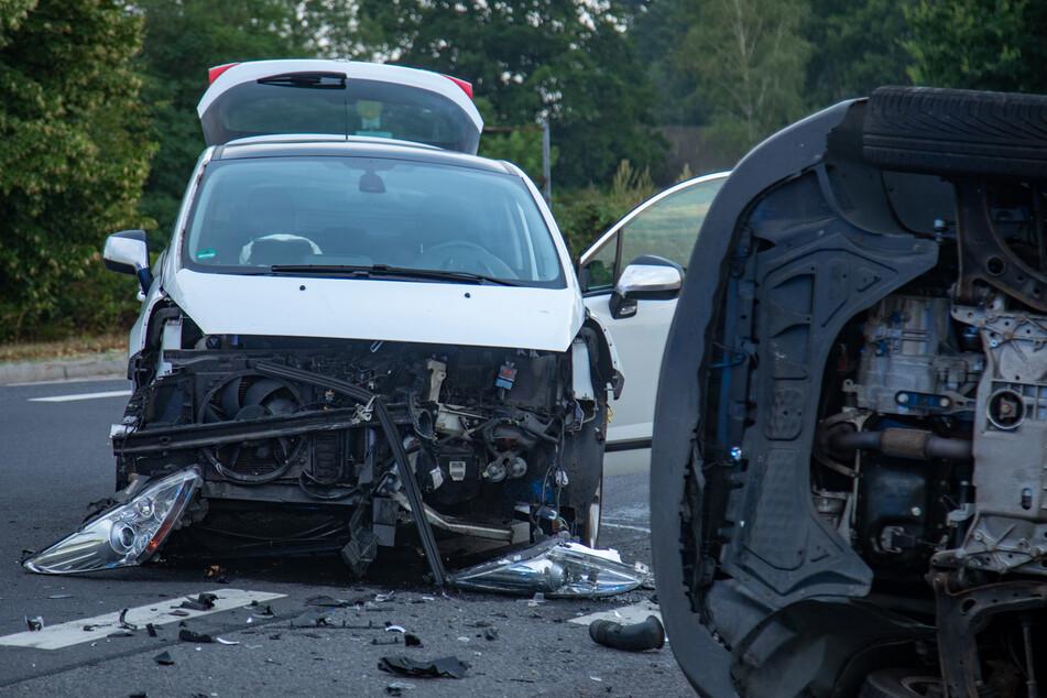 Die Front des weißen Peugeot wurde bei dem Unfall komplett zerstört.