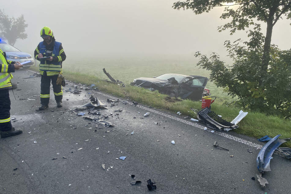 Ein Bild der Verwüstung: Der BMW steht im Feld. Die Trümmerteile liegen auf der Straße verteilt.