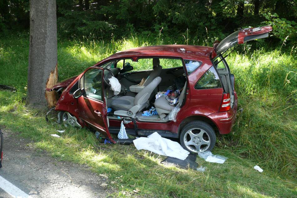 Die 87-Jährige hatte am Samstagnachmittag die Kontrolle über ihren Mercedes verloren. Sie wurde in ihrem Wagen eingeklemmt und erlag im Krankenhaus ihren schweren Verletzungen.
