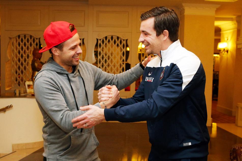 Handshake alter Kumpels: Guido Kocer (32) und Aue-Keeper Martin Männel (32) beim Wiedersehen am 9. Januar 2016 im Teamhotel des FCE im türkischen Side.