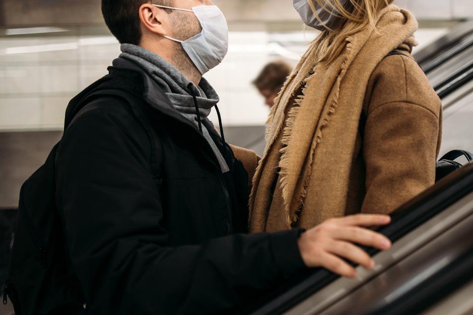 Mann trägt Maske und umarmt seine Verlobte: 400 Euro Bußgeld!