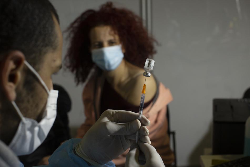 Als eines der ersten Länder weltweit hat Israel mit der Impfung von Teenagern gegen das Coronavirus begonnen.