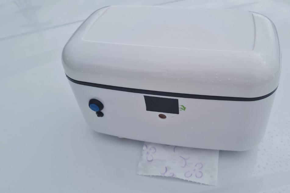 Aus diesem kleinen Kasten kommt das erwärmte Toilettenpapier heraus.