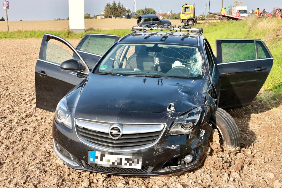 Der Opel landete mit einigem Blechschaden und zerbrochener Windschutzscheibe im Feld.