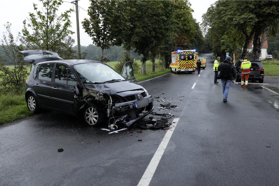 Auch der Renault ist durch den Unfall gezeichnet.
