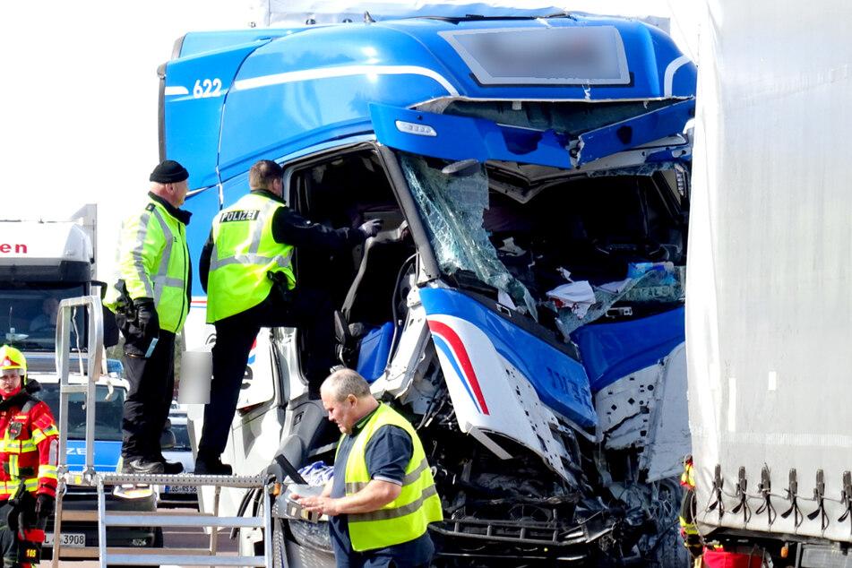 Ein Sattelzug ist auf der A12 in einen vorausfahrenden Lkw gekracht.