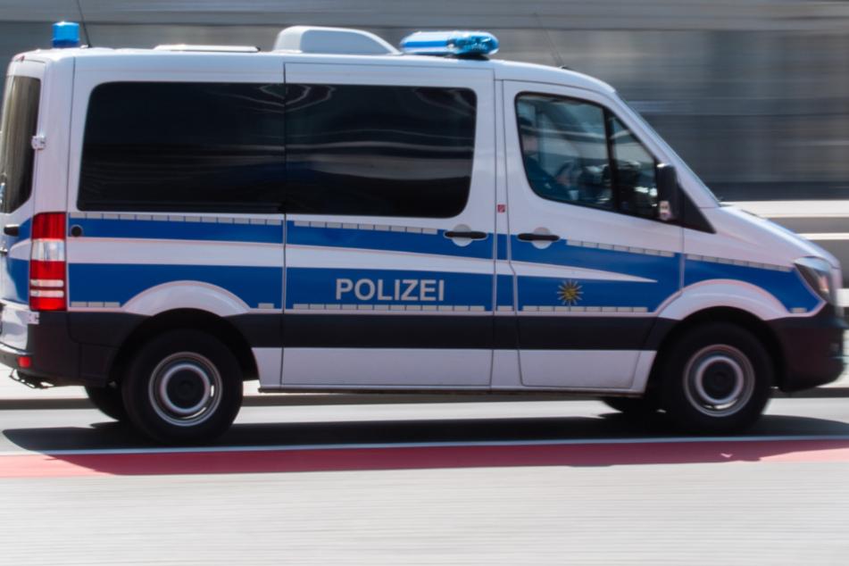 Macheten-Männer bedrohen, beleidigen und husten Polizisten an