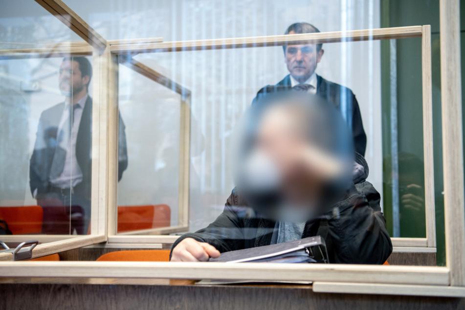 Der angeklagte Ehemann der Toten sitzt vor Verhandlungsbeginn im Gerichtssaal.