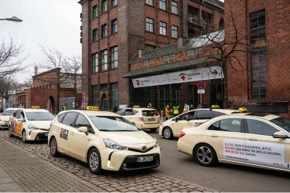 Taxis stehen vor dem Impfzentrum in der Treptow Arena. Wegen wachsender Nachfrage von Senioren nach Fahrten in die Berliner Impfzentren hat das Unternehmen Taxi Berlin eine zweite Telefonnummer für solche Bestellungen freigeschaltet. (Symbolfoto)