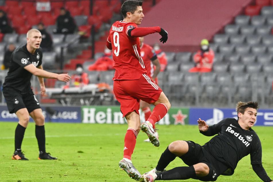 Robert Lewandowski (M.) schoss den FC Bayern München in der Champions League im Duell mit RB Salzburg in Durchgang eins in Führung.