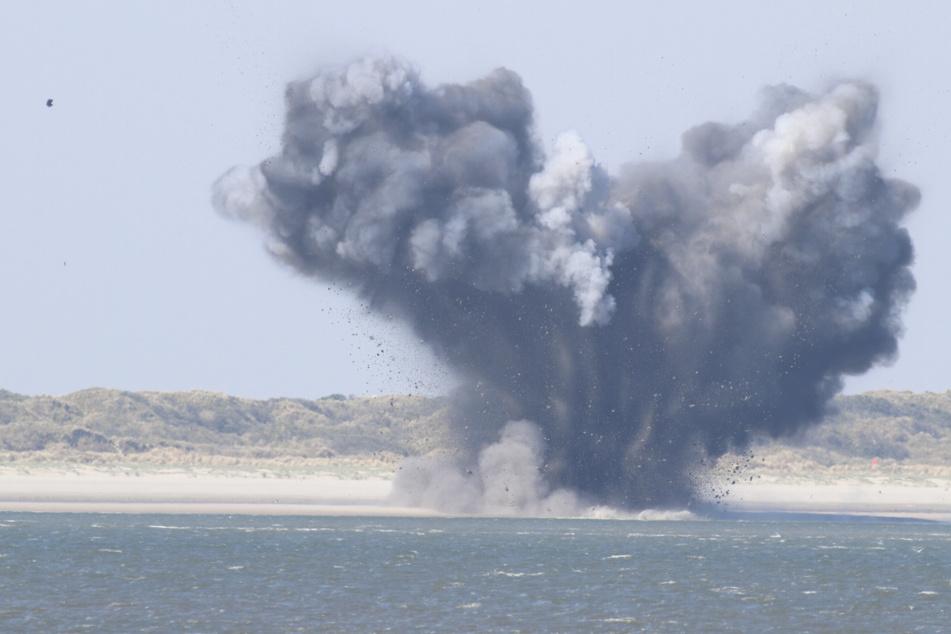 Bei der Explosion entstand eine große Rauchwolke und Trümmerteile flogen durch die Luft.