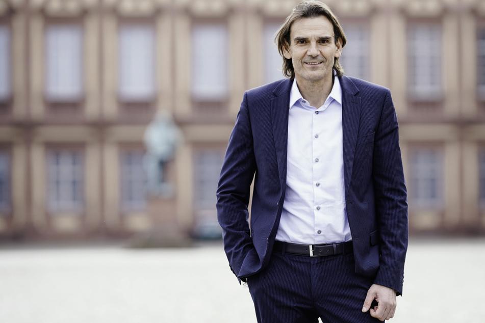Andreas Stenger (58) steht vor dem Mannheimer Schloss. Seit dem 1. Mai ist er der neue LKA-Präsident.