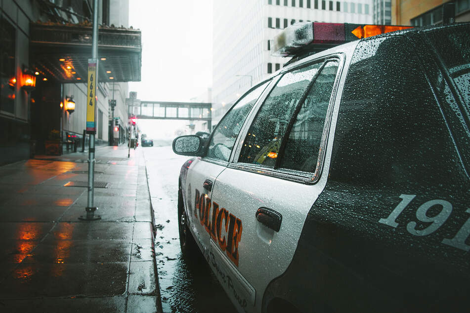 Ein Streifenwagen der Polizei steht am Straßenrand. Die Behörde ermittelt nun die genaueren Umstände des Kinds-Todes. (Symbolbild)
